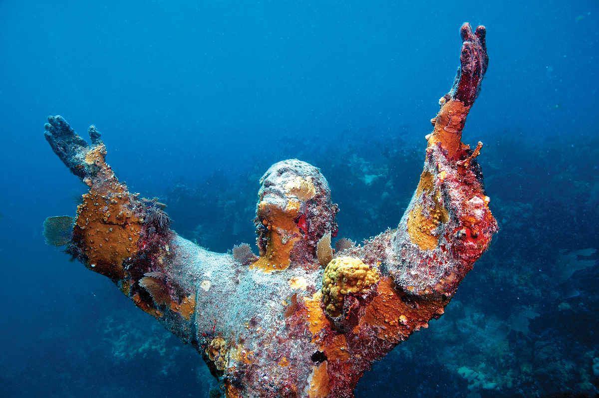 مسیح در عمق آبهای کیلارگو پنجاه سالگی خود را جشن میگیرد