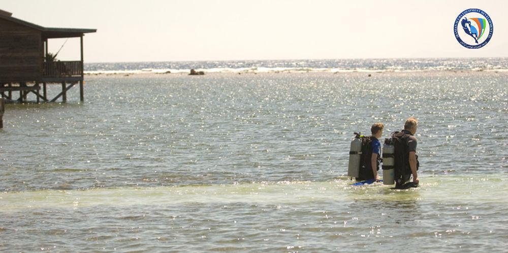 5 راه حل ورود و خروج راحت برای غواصی از ساحل (shore-diving)